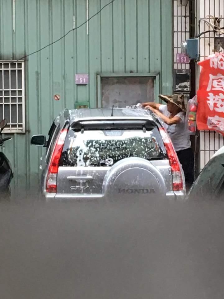 img 59a4db41bb457 - 超狂阿伯戴斗笠在「颱風天洗車」!他把泡沫塗滿後居然....網友笑翻:「一看就是老江湖!」