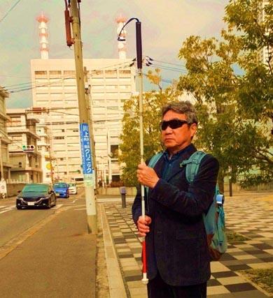 whitestick2 - 視覚障がい者が『白杖(はくじょう)』を頭の上に掲げる行為