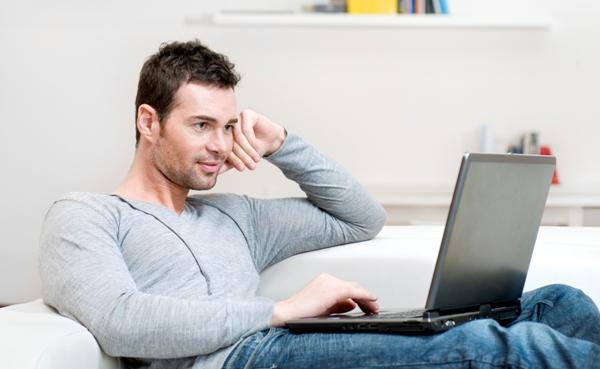 young man laptop 600x369 - 자신도 모르는 사이 '정력' 감퇴시키는 나쁜 습관 9가지
