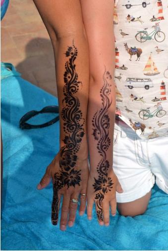 1505399838333 - 驚恐!7歲女童到印度旅遊體驗「漢娜手繪」,整隻手竟爛掉!復原後超恐怖....
