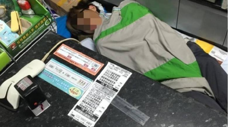 e4bebfe588a9e59586e5ba972 - 超商大夜店員睡覺被女客人驚醒連忙道歉,此時客人竟做出「這件事」!網友直呼:「超暖心!」