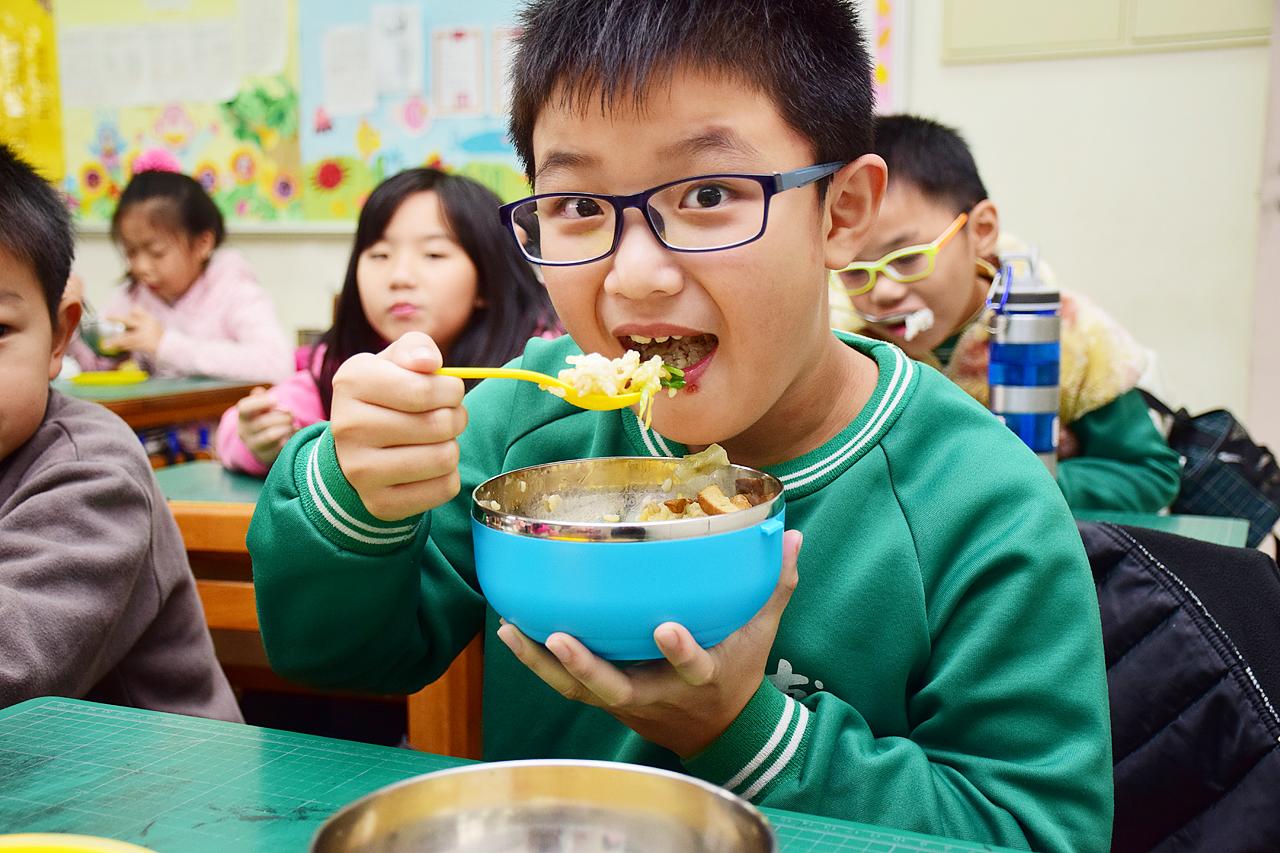 e68d90e98ca23 - 最霸氣的爸!8歲兒子回家淚訴「同學付不出午餐錢被霸凌!」爸爸聽完直接做出「這件事」!百萬網友讚翻!