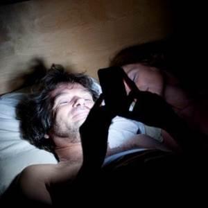 e786ace5a49c 1 - 超商大夜店員睡覺被女客人驚醒連忙道歉,此時客人竟做出「這件事」!網友直呼:「超暖心!」