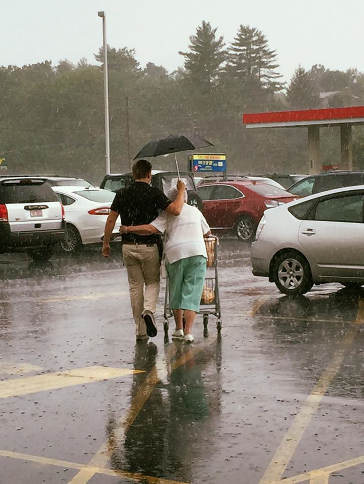 img 59b5f5864fc0f - Bag Boy Runs Across The Parking Lot On A Rainy Day, Just To Help Out An Elderly Lady