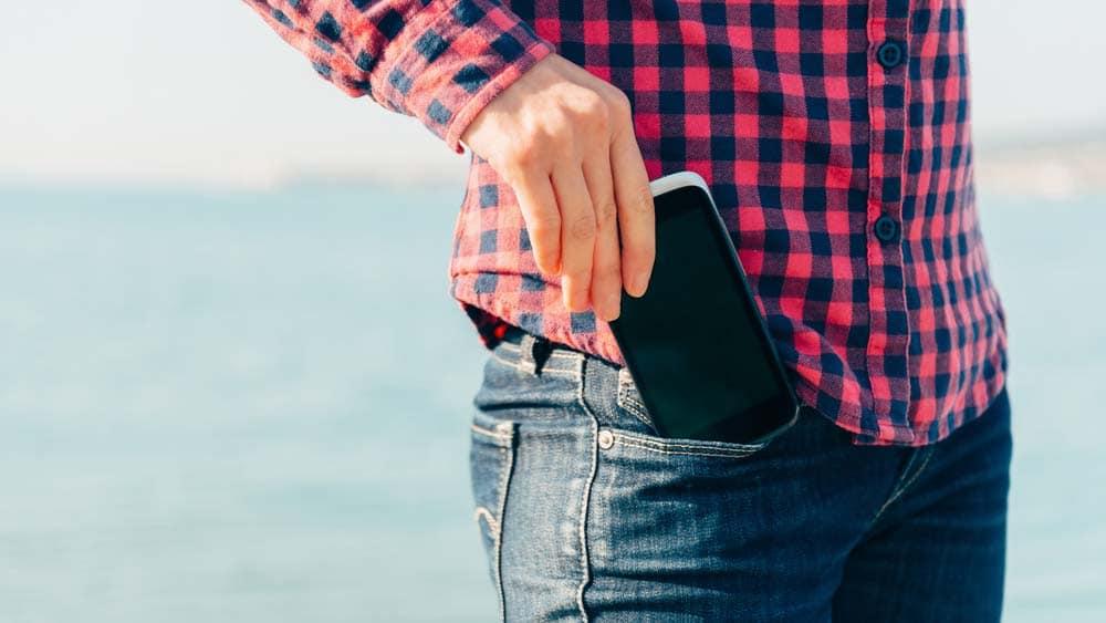 smartphone range dans la poche de pantalon - 조심! 당신의 '정자'를 위협하는 생활 속 '6가지' 행동
