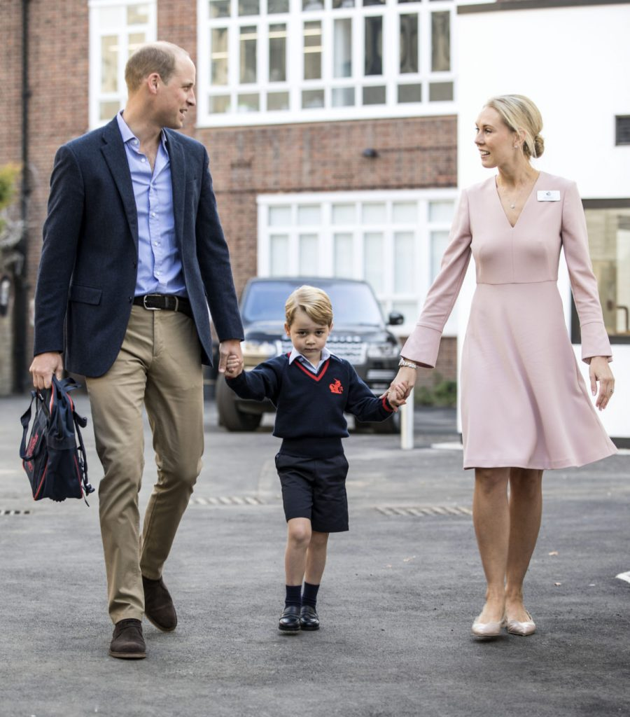 Britain's Prince George (C) accompanied by Britain's Prince William (L), Duke of Cambridge arrives for his first day of school at Thomas's school where he is met by Helen Haslem (R) head of the lower school on September 7, 2017 in southwest London. / AFP PHOTO / POOL / RICHARD POHLE