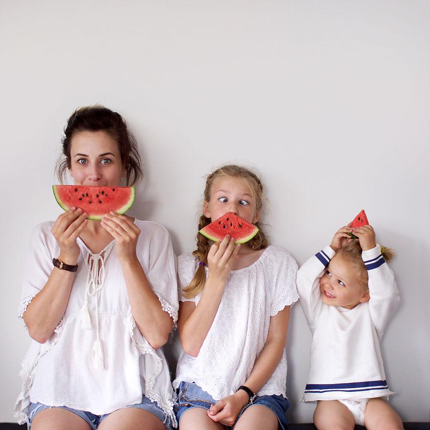 25 3 - Mãe e filhas se vestem com a mesma roupa e criam uma série de fotos divertidas