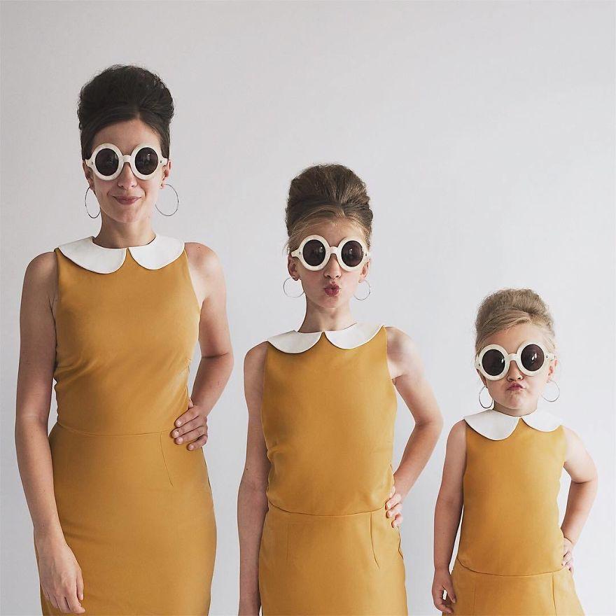 33 2 - Mãe e filhas se vestem com a mesma roupa e criam uma série de fotos divertidas