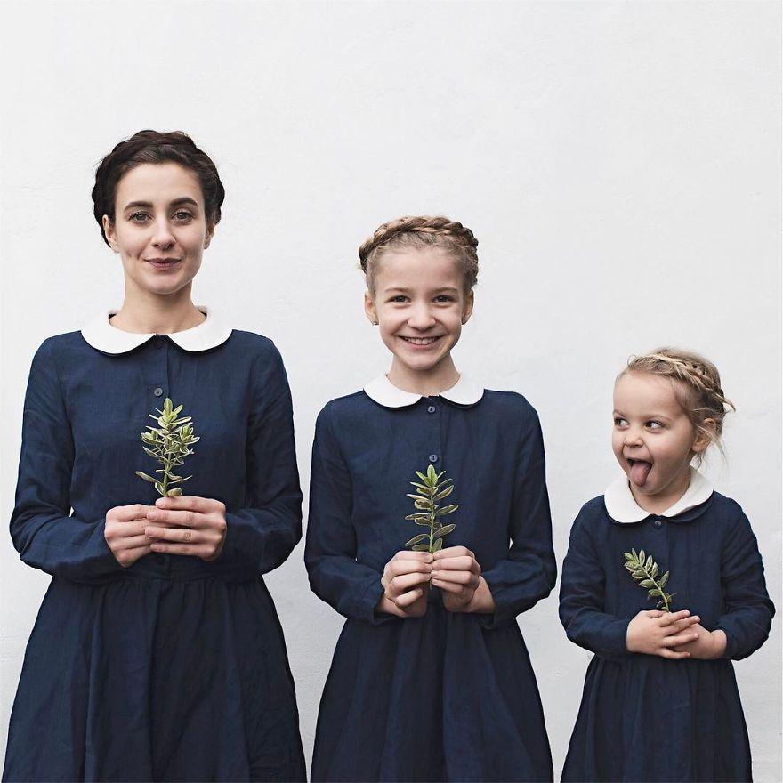 34 2 - Mãe e filhas se vestem com a mesma roupa e criam uma série de fotos divertidas