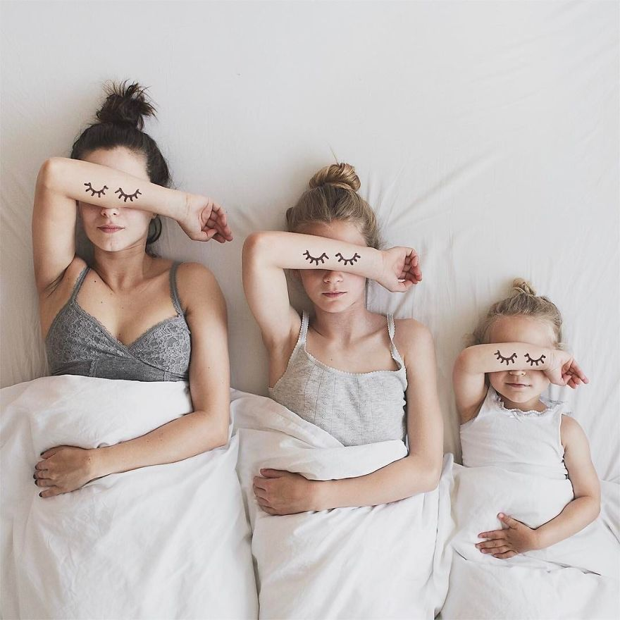 35 2 - Mãe e filhas se vestem com a mesma roupa e criam uma série de fotos divertidas