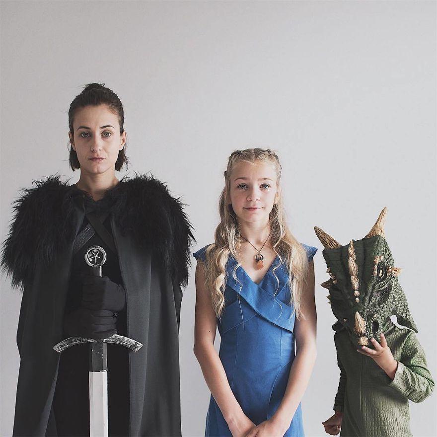 36 2 - Mãe e filhas se vestem com a mesma roupa e criam uma série de fotos divertidas