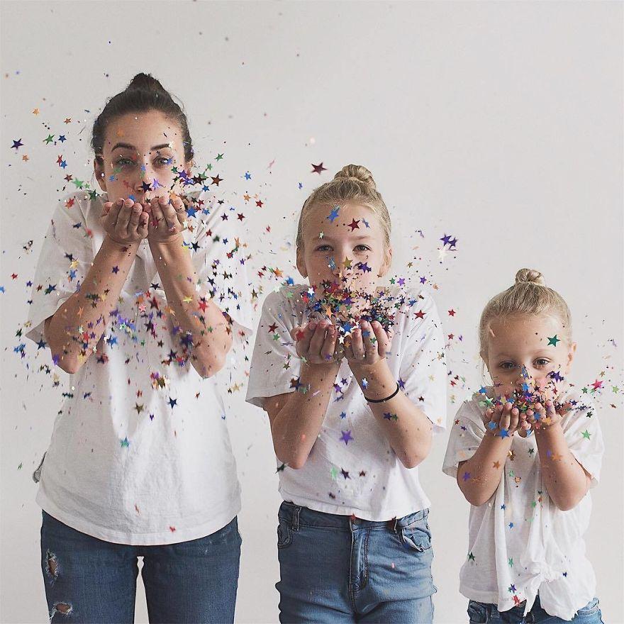 39 1 - Mãe e filhas se vestem com a mesma roupa e criam uma série de fotos divertidas