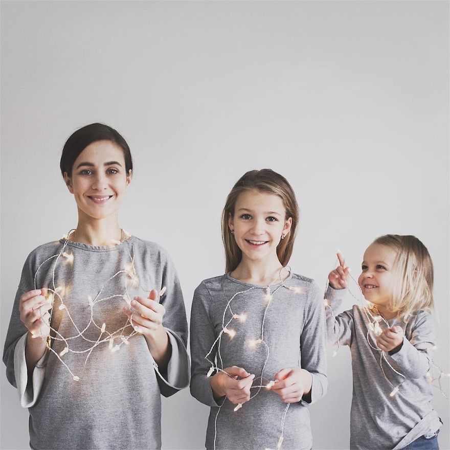 41 1 - Mãe e filhas se vestem com a mesma roupa e criam uma série de fotos divertidas
