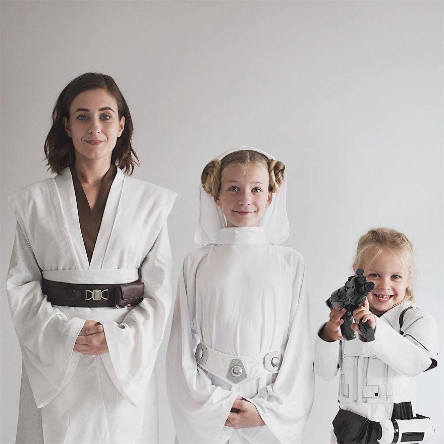 42 1 - Mãe e filhas se vestem com a mesma roupa e criam uma série de fotos divertidas