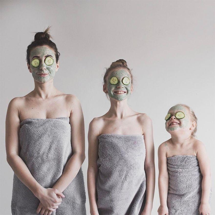 43 1 - Mãe e filhas se vestem com a mesma roupa e criam uma série de fotos divertidas