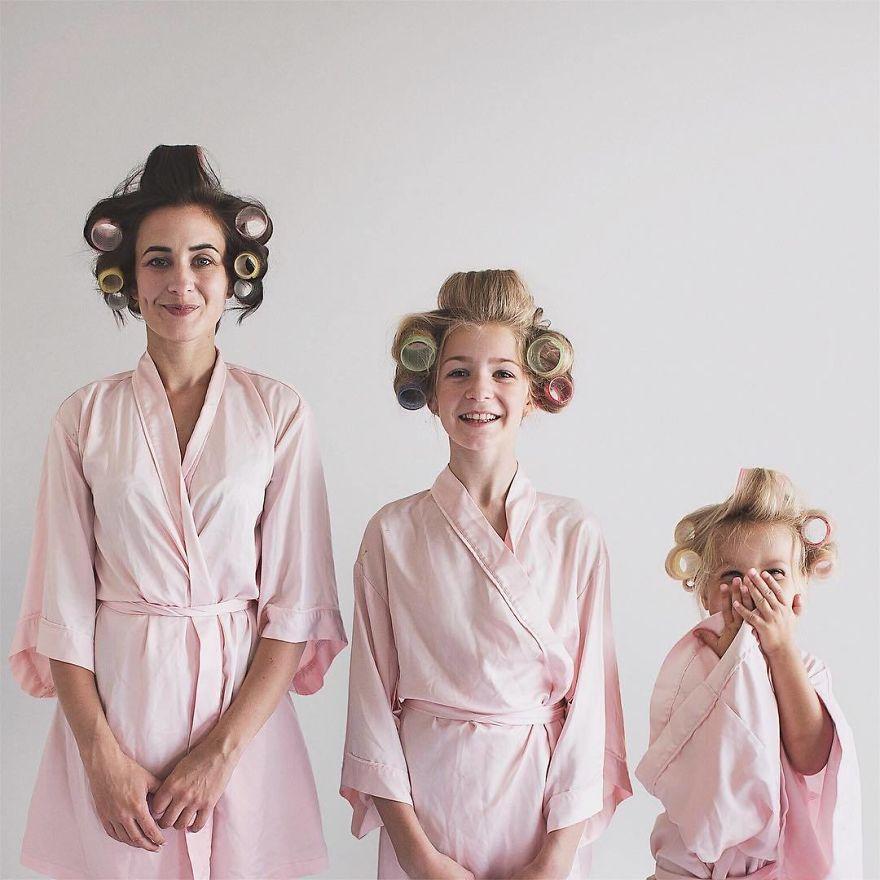 47 1 - Mãe e filhas se vestem com a mesma roupa e criam uma série de fotos divertidas