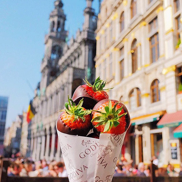 food around the world sweets travel girl eat world 36 57230290bcc1a 605 - 전세계를 여행하며 다양한 '길거리 음식'을 소개하는 소녀 (사진 40장)