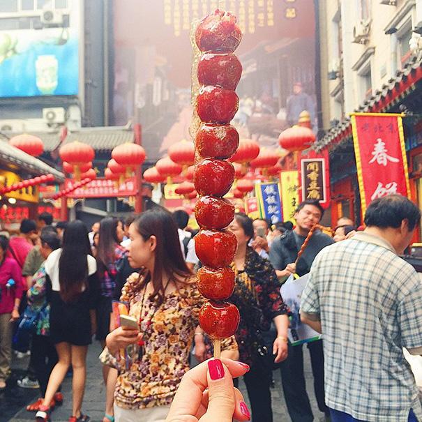 food around the world sweets travel girl eat world 40 5723029a1a02e 605 - 전세계를 여행하며 다양한 '길거리 음식'을 소개하는 소녀 (사진 40장)