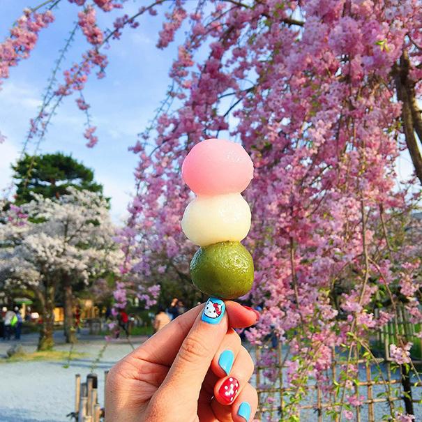 food around the world sweets travel girl eat world 65 57230236d6f55 605 - 전세계를 여행하며 다양한 '길거리 음식'을 소개하는 소녀 (사진 40장)