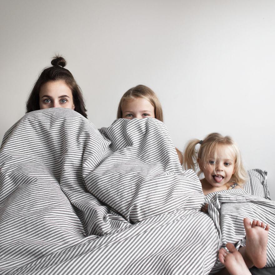 mom two daughters all that is three 5878d9cac50d0  880 - Mãe e filhas se vestem com a mesma roupa e criam uma série de fotos divertidas