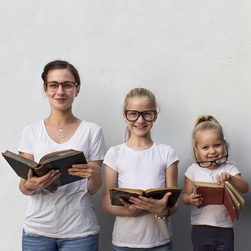 mom two daughters all that is three 5878d9cf0b084  880 - Mãe e filhas se vestem com a mesma roupa e criam uma série de fotos divertidas