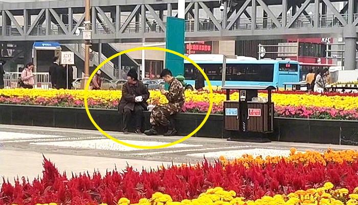 0930btyu9k2oq95559pr - 강추위에 떨고있는 '노숙자'에게 따뜻한 음식을 준 군인
