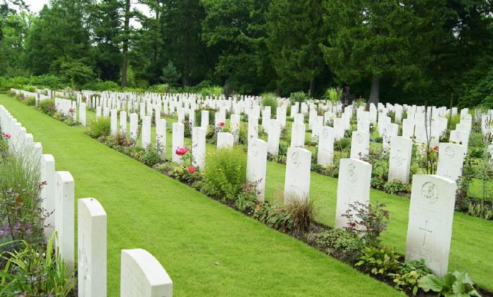 1 457 - 남편 묘 위에 '쓰레기'를 두고 간 범인의 정체 (사진 3장)