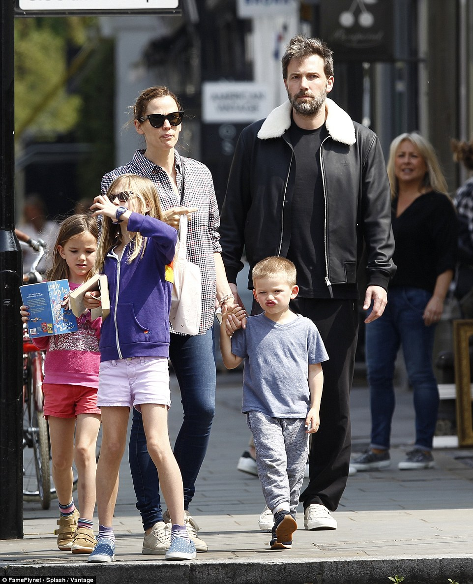 3416bb2300000578-0-fun_in_the_sun_jennifer_garner_ben_affleck_and_their_children_ha-a-21_1463071982086