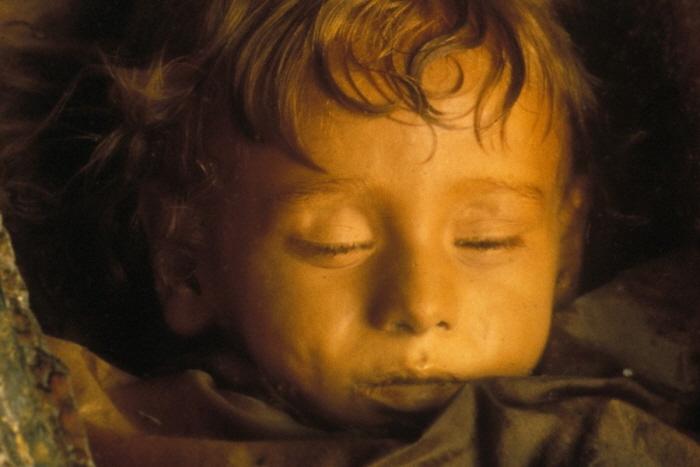 4 393 - 100년 전 잠들었던 아이가 갑자기 눈을 깜빡였다 (사진 4장)