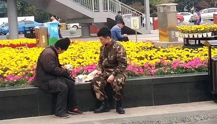 4tyc34hk0mm3090l3326 - 강추위에 떨고있는 '노숙자'에게 따뜻한 음식을 준 군인
