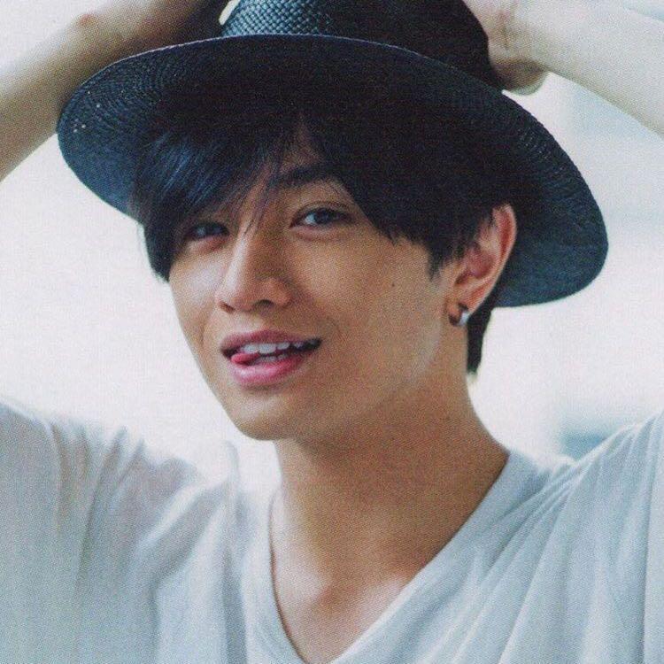 帽子をかぶる中島健人