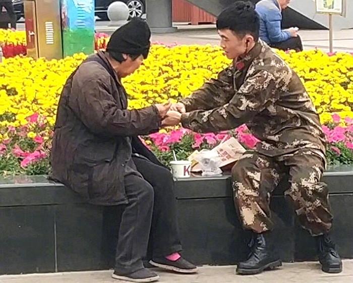 7ehou7j01o4682m079u7 - 강추위에 떨고있는 '노숙자'에게 따뜻한 음식을 준 군인