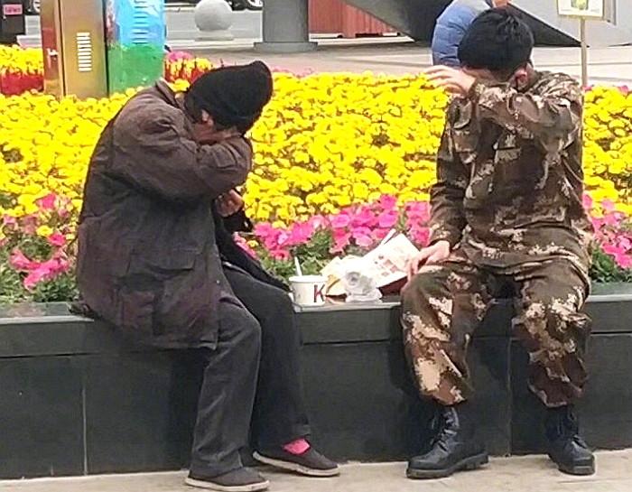 8r00xua2eas642fjj03x - 강추위에 떨고있는 '노숙자'에게 따뜻한 음식을 준 군인