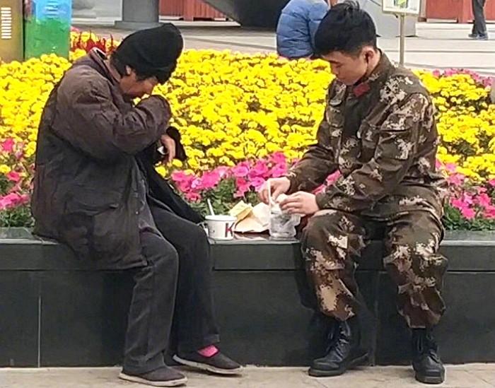 d6w466dnm5x82o2v09v0 - 강추위에 떨고있는 '노숙자'에게 따뜻한 음식을 준 군인