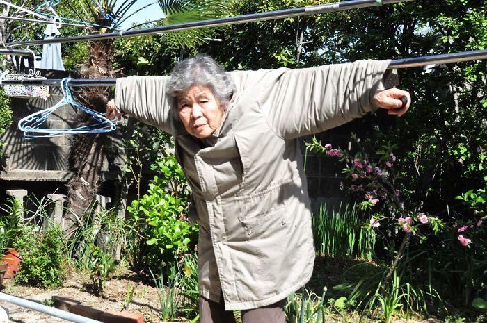 funny self portraits kimiko nishimoto 89 year old 12 5a0a9dee7a7f6  700 - 89세 할머니가 사진을 배운 후 '직접' 찍은 유쾌한 사진들(+13)