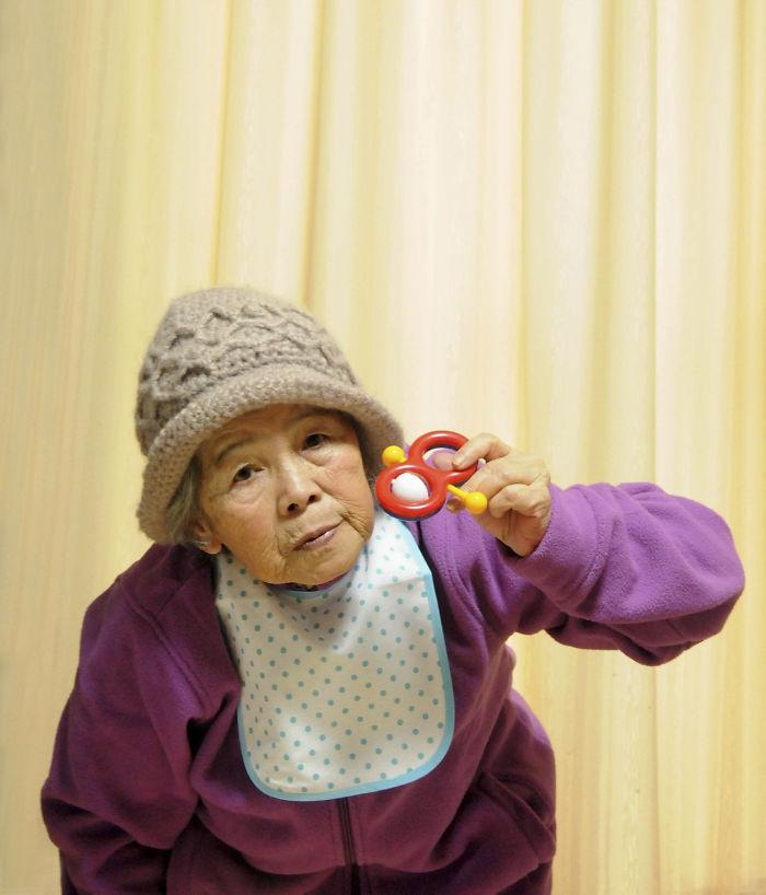 funny self portraits kimiko nishimoto 89 year old 15 5a0a9df43c174  700 - 89세 할머니가 사진을 배운 후 '직접' 찍은 유쾌한 사진들(+13)