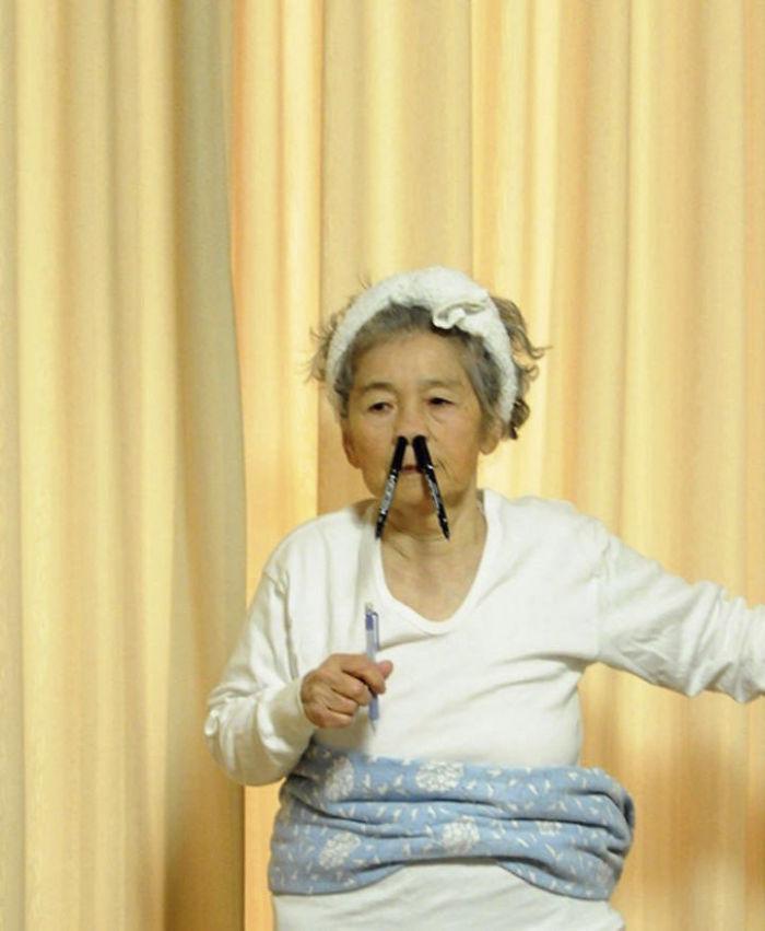 funny self portraits kimiko nishimoto 89 year old 4 5a0a9e0290269  700 - 89세 할머니가 사진을 배운 후 '직접' 찍은 유쾌한 사진들(+13)