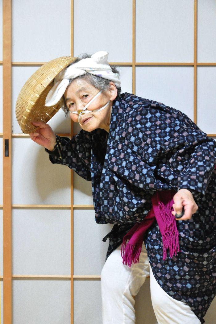 funny self portraits kimiko nishimoto 89 year old 6 5a0a9e0758ca2  700 - 89세 할머니가 사진을 배운 후 '직접' 찍은 유쾌한 사진들(+13)