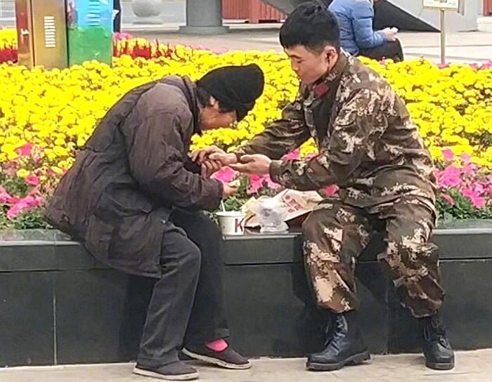 k4q3ww36ro837550k77r - 강추위에 떨고있는 '노숙자'에게 따뜻한 음식을 준 군인