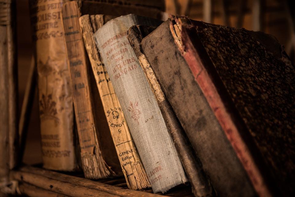 old books 436498 960 720 - 우연히 펼쳐 본 낡은 책의 '비밀 메모'로 부자가 된 소년