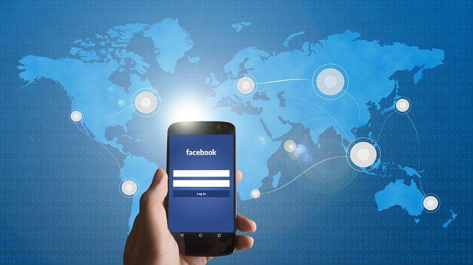 smartphone 586903 960 720 - 당신이 몰랐던 '페이스북'에 대한 소름끼치는 10가지 사실들