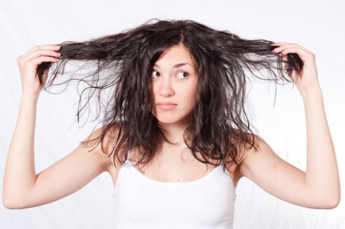 woman with dark dry hair djihd5 - 머리카락으로 알아보는 건강 상태 6가지