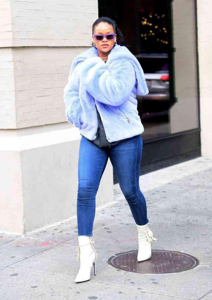 1 bet com 1 722x1024 722x1024 - Rihanna está arrasando em roupas justas com suas novas curvas!