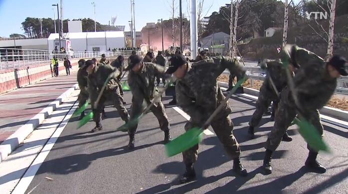10z12s46xw36m1la2e22 - 평찰 올림픽을 위해서 맨땅에 제설훈련 하는 군인들
