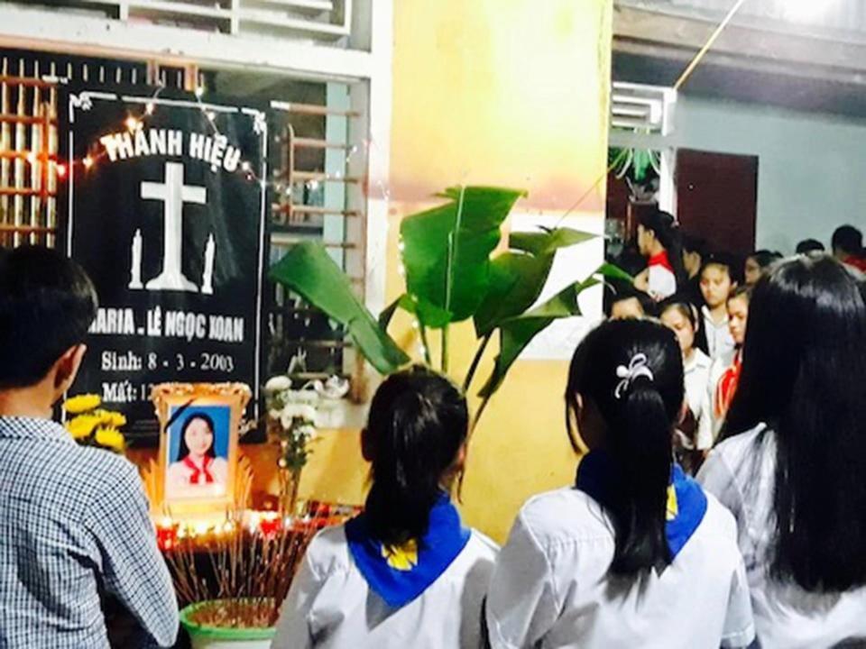 16 7 - 睡前邊滑手機邊充電,越南少女慘遭電死!