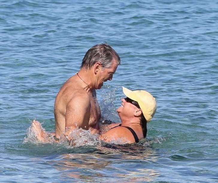 2 9 - La esposa de Pierce Brosnan ha sido criticada por su figura, uno más de los estigmas de las parejas de celebridades.