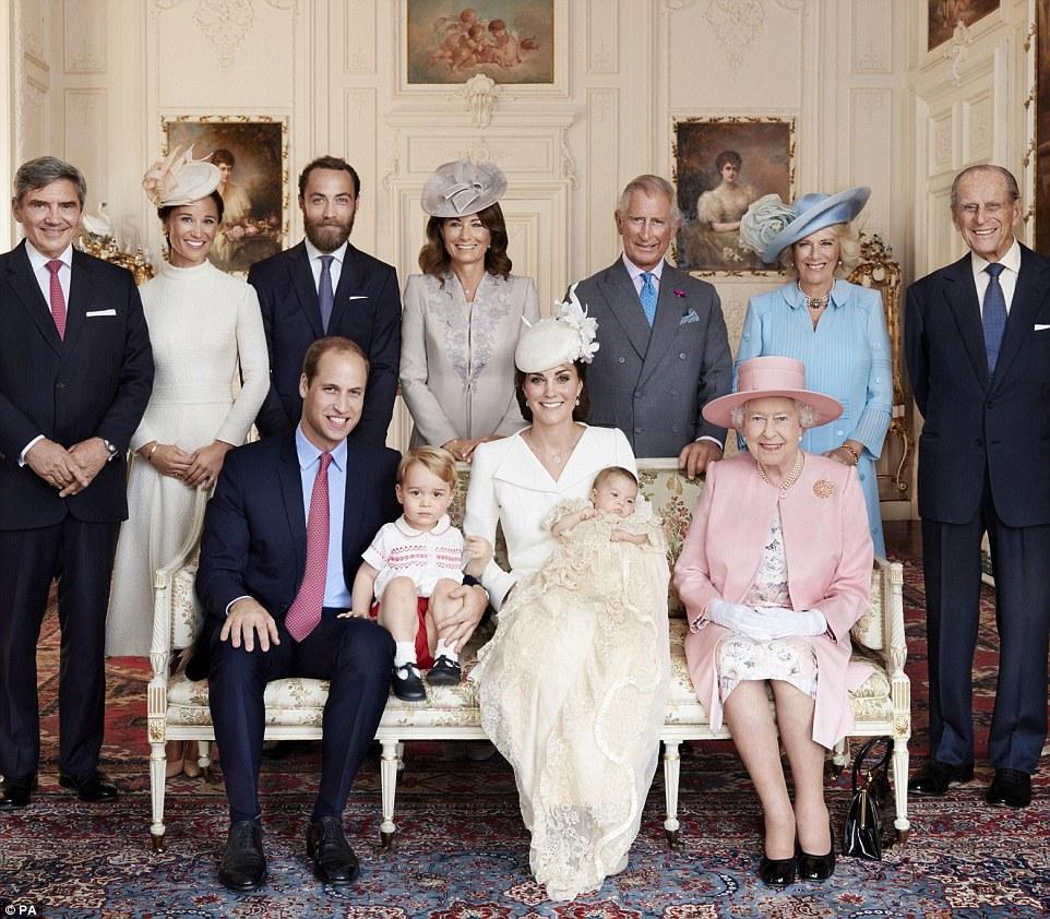2a60c3fd00000578 3154787 image a 10 1436451023691 - Princesa Charlotte é muito parecida com a Rainha Elizabeth II quando pequena