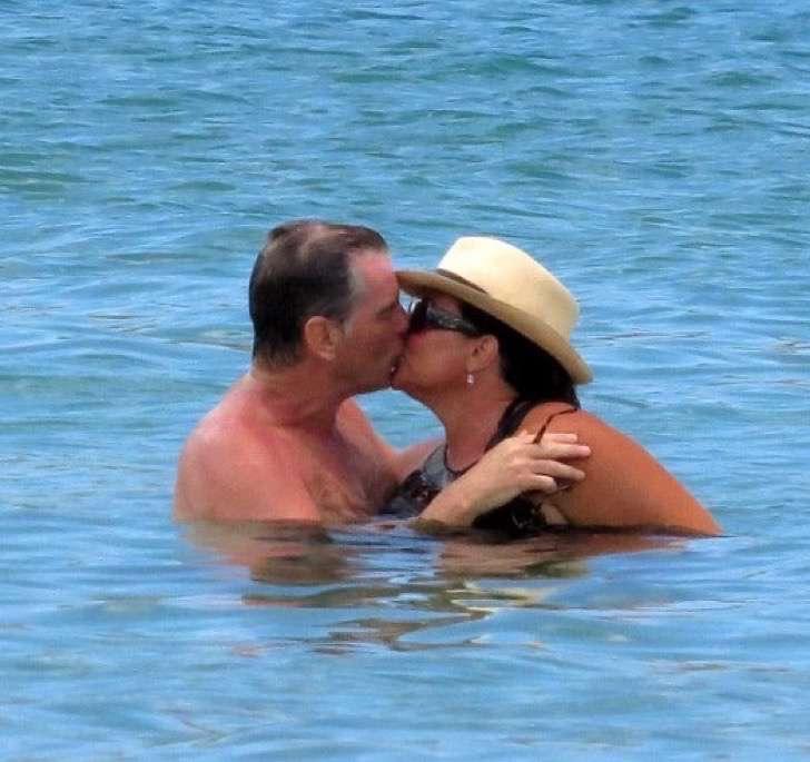 3 9 - La esposa de Pierce Brosnan ha sido criticada por su figura, uno más de los estigmas de las parejas de celebridades.