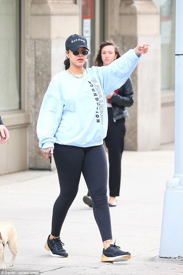 6 daily mail17 - Rihanna está arrasando em roupas justas com suas novas curvas!