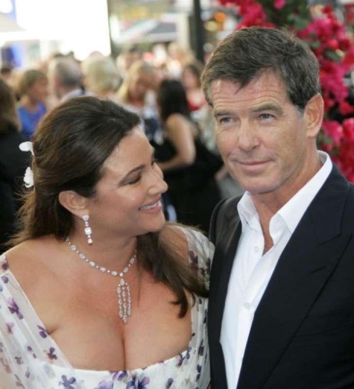 7 2 - La esposa de Pierce Brosnan ha sido criticada por su figura, uno más de los estigmas de las parejas de celebridades.